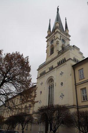 Nitra, Slovakia: Extérieur de l'église (en pleine ville)