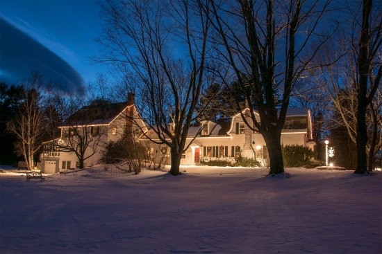 The Admiral Peary Inn Bed & Breakfast: Lovely holiday lights - candles in the windows