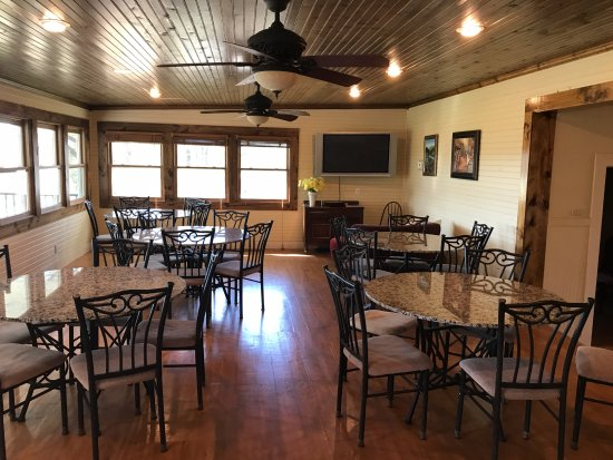 Llano, TX: The dining area where guests can enjoy breakfast or watch TV.