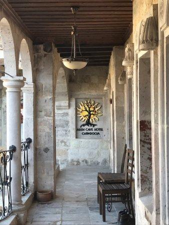 Aren Cave Hotel & Art Gallery: Breakfast, beautiful art and balloons