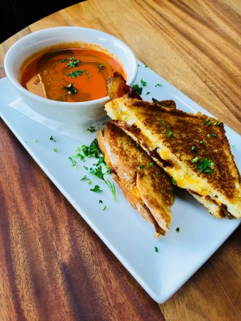 Oak Bluffs, Массачусетс: Bacon Grilled Cheese with Tomato Soup and Basil Pesto