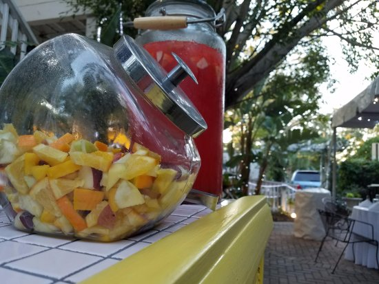 Gulfport, Flórida: Some punch and fresh fruit to jazz things up