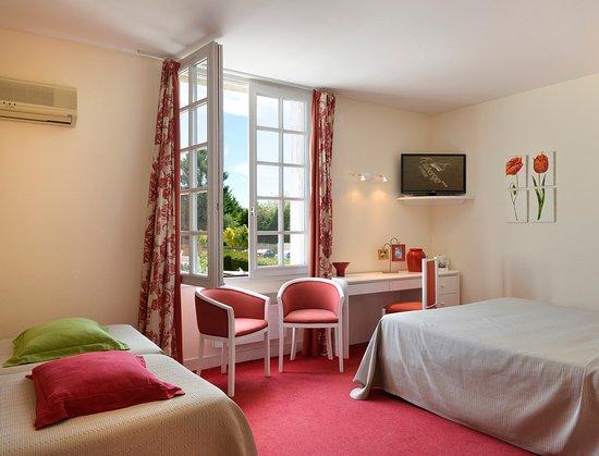 Chitenay, فرنسا: Chambre 24, côté jardin et balnéo