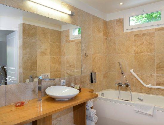 Chitenay, فرنسا: Salle de bain balnéo bain massant et relaxant chambre 28