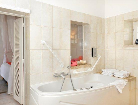 Chitenay, فرنسا: Salle de bain balnéo massant et relaxant chambre 2