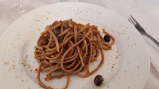 Vado Ligure, Italia: Stroncatura con olive, capperi, acciughe, pomodoro