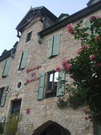 Sainte-Enimie, فرنسا: façade au printemps