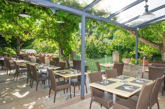 Sainte-Enimie, France: terrasse au printemps