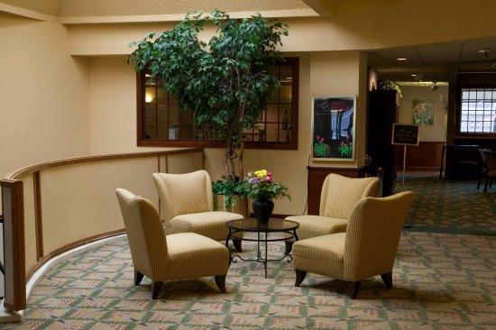 Yakima, WA: Sitting Area in Lobby