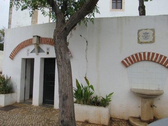 Santa Barbara de Nexe, Portekiz: Os banheiros da igreja que ficam do lado de fora, na calçada, são incrivelmente limpos!
