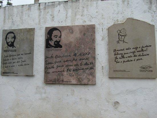 Santa Barbara de Nexe, Portekiz: Lindas poesias na muro da Igreja
