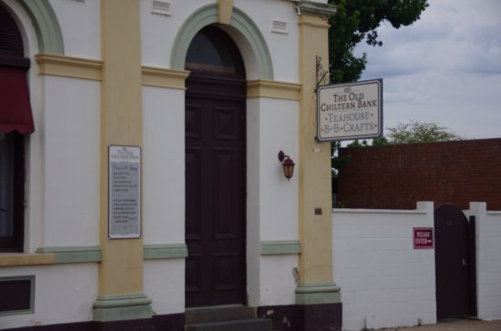 Chiltern, Australia: Entry is via our garden gate, then first door on left near azalea garden.