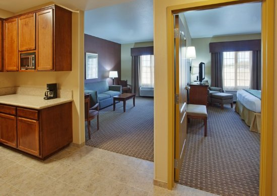 Willows, CA: King Suite with sleeper sofa and 2 39 IN TV's.