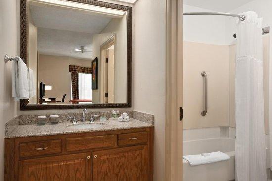 Homewood Suites by Hilton Fort Myers: Suite Bathroom