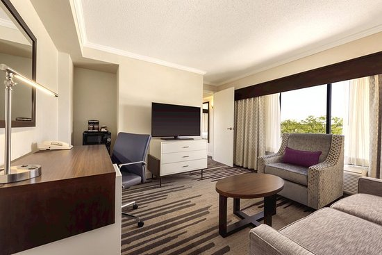 Foto De Doubletree By Hilton Hotel Milwaukee Brookfield Brookfield 1 King 2 Room Suite