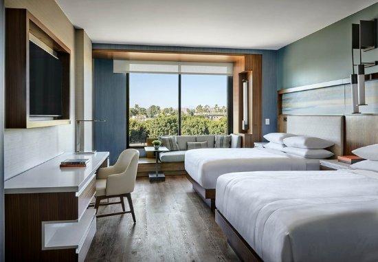 Irvine, CA: Queen/Queen Guest Room