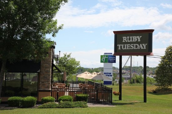 Oswego, NY: Ruby Tuesday is located right next door, within walking distance!