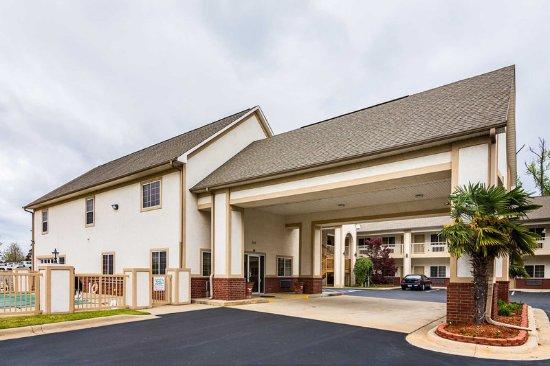 Bryant, AR: Hotel exterior