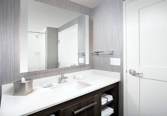 Residence Inn Baltimore Owings Mills: Queen/Queen Studio Suite Bathroom