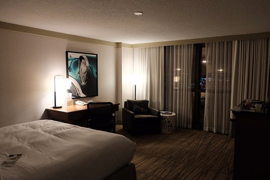 DoubleTree by Hilton Hotel Miami Airport & Convention Center: King Bed, desk, window wall