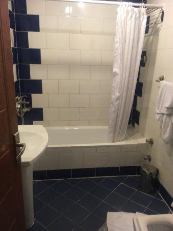 Ezdan Hotel: Pokoje w pierwszej wieży wyglądają zupełnie inaczej! Stare brudne zagrzybione pokoje.