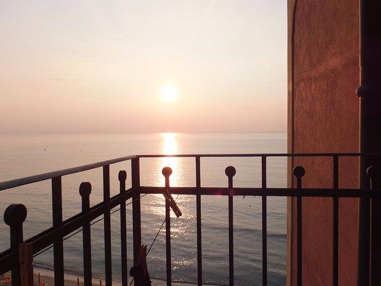 Baia del Sole Residence: Impagabile balconcino sul mare che all'alba ti regala l'emozione del vivere!