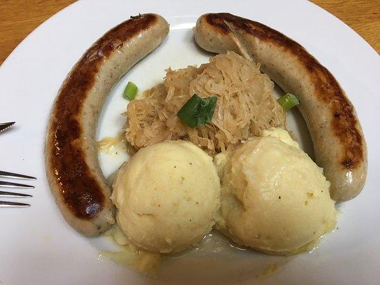 Sankt Martin, Germany: feine Bratwürste mit Sauerkraut und Kartoffelbrei