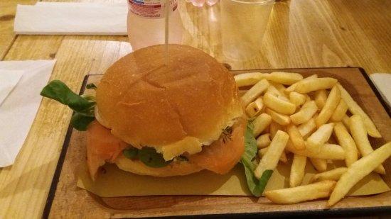 Poldo Burger Bar: Burger Vichingo con salmone affumicato, mela, finocchietto e valeriana.