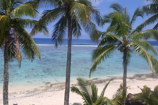 The Edgewater Resort & Spa : Perfect beach, safe lagoon and crashing waves on reef as seen from room patio.