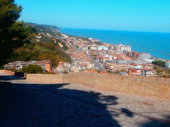 Cupra Marittima, Italy: La costa Adriatica verso nord vista da Cupra Alta
