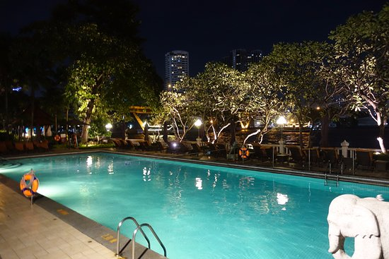 La piscine le soir picture of shangri la hotel bangkok for Piscine paris ouverte le soir
