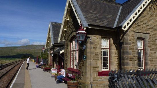 Settle, UK: Classic station buildings at Ingeleborough station