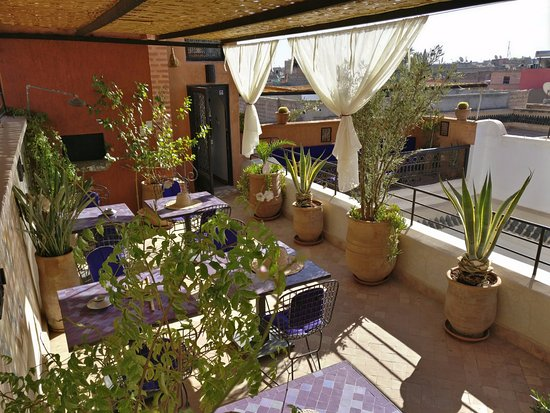 Riad Houdou: Roof-top terrace where breakfast is served.