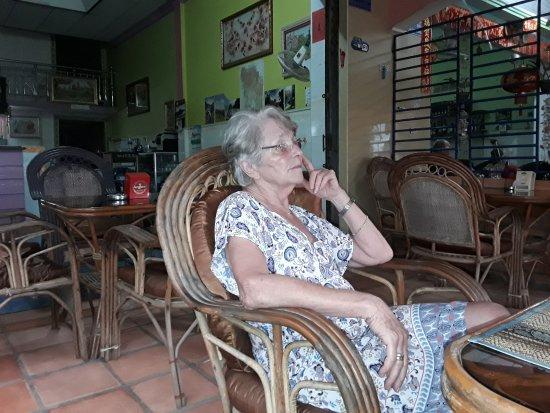 Koh Kong, Kambodja: Margoton 77 Jahre schaut den Sonnenuntergang