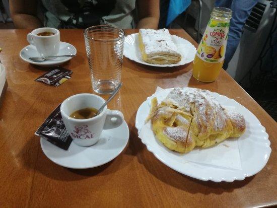Lisbon District, Portugal: colazione, brioches con crema ed espresso