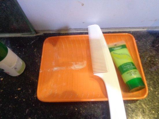 OYO 1422 Hotel Mandiram Palace: Trace de dentifrice du client préc´dent caché par les flacons