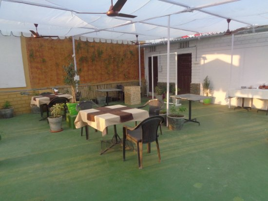 "OYO 1422 Hotel Mandiram Palace: ""Accueillant"" restaurant sur le toit."