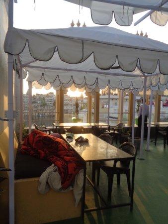 Hotel Mandiram Palace: A l'heure du petit-déjeuner, le cuisinier dort encore sous la couverture