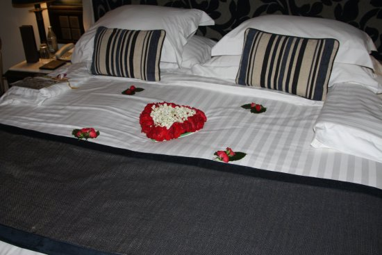 Centara Grand Beach Resort & Villas Hua Hin: Bed on arrival for anniversary