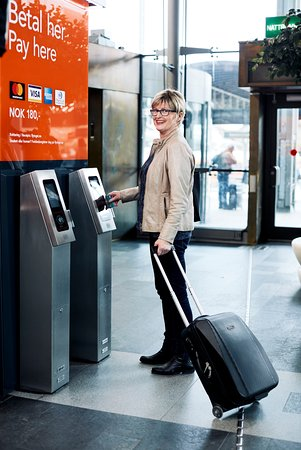 Gardermoen, Norwegen: Buy tickets at the vending machines, app or even simpler just swipe your payment card before you