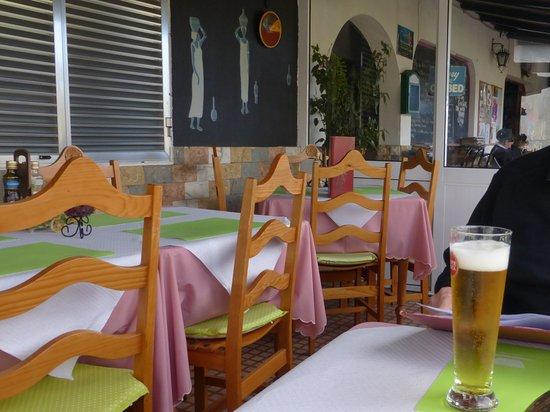 Prazeres, Portugal: Verglaste Veranda direkt an der vereinsamten Straße.