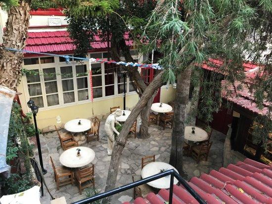 Kiniras Hotel: Hotel courtyard