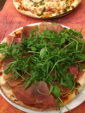 Antoing, เบลเยียม: Pizza Ricola (jambon de Parmes et roquette) et pizza piémontaise (avec poivrons) très bons