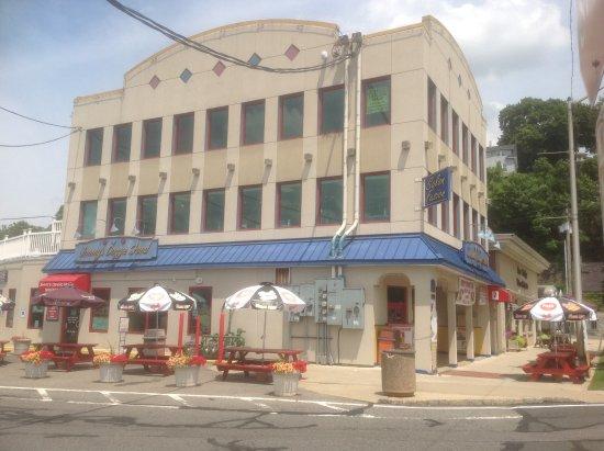Phillipsburg, NJ: Corner view showing dining room entrance .