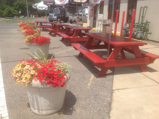 Phillipsburg, NJ: Side view plenty of picnic tables to enjoy the out doors!