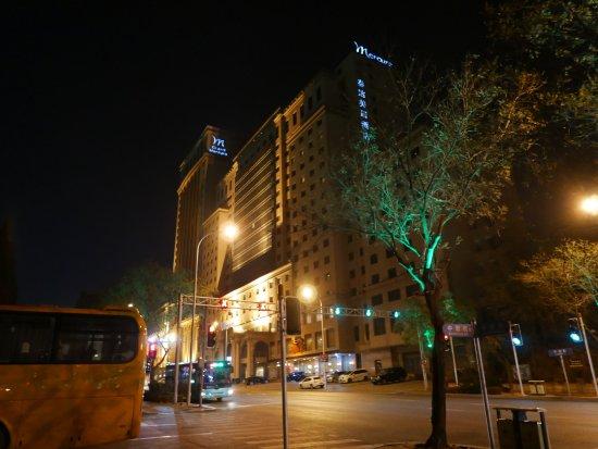 Grand Mercure Teda Hotel: どっしりとそびえるホテル。25Fまであると思います