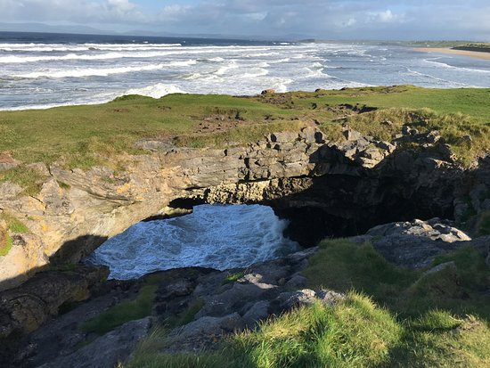 Bundoran, Irland: A sunny day at the Fairy Bridges
