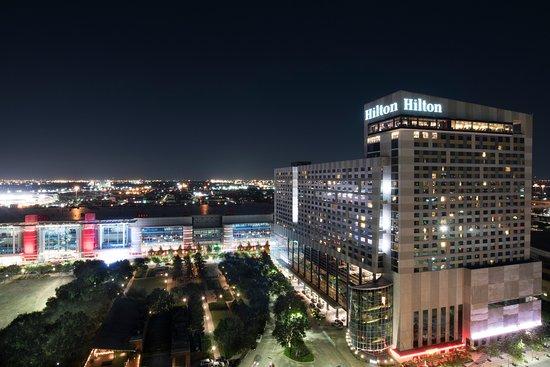 Hilton Americas - Houston: Enjoy a night out along Avenida Houston.