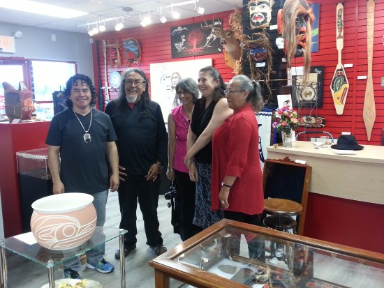 Campbell River, Canadá: Ernie and Darlene with visitors at Awatin Aboriginal Art