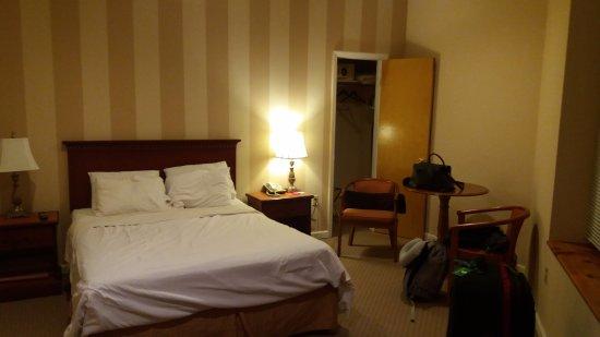 Hotel St. James: Quarto muito espaçoso